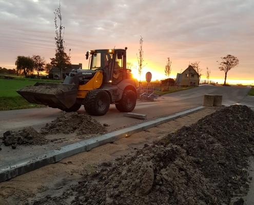 Wegenbouw in de avondzon